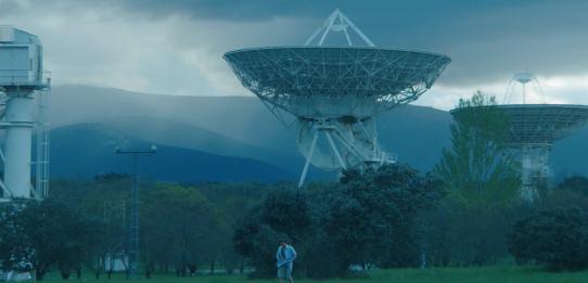 Fotograma del corto Entreterrestres con una antena en un paisaje montañoso